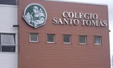 Colegio Santo Tomas con revestimiento Siding DVP color nogal y blanco