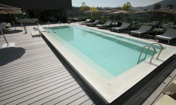 Deck reliaboard brushed gris en terraza hotel Noi