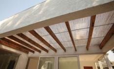 Terraza particular cubierta con policarbonato polibambú