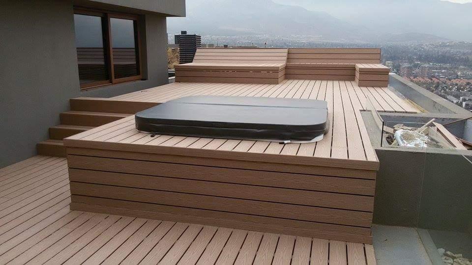 Aplicaci n de deck en terraza con jacuzzi proyectos for Fotos de jacuzzi en jardines